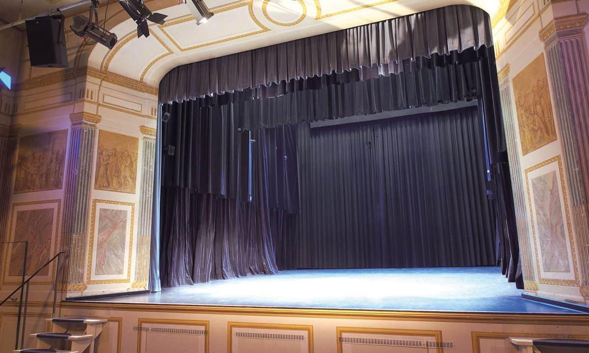 Dekorationsmalerei beidseitig des Bühnenportals, Marmorierungen und vier Szenen französischer Theaterstücke