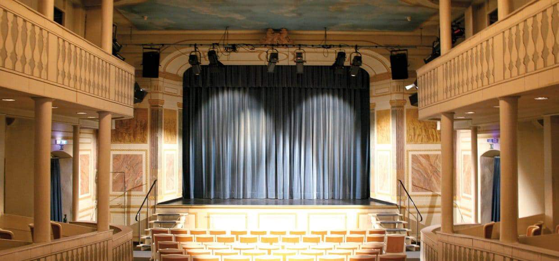 Der Theatersaal mit geschlossenem Bühnenvorhang