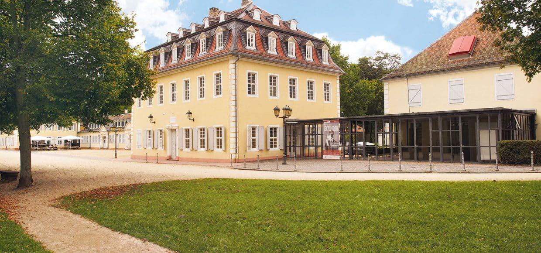 Das Glasfoyer verbindet den Kavalliersbau mit dem Theatergebäude