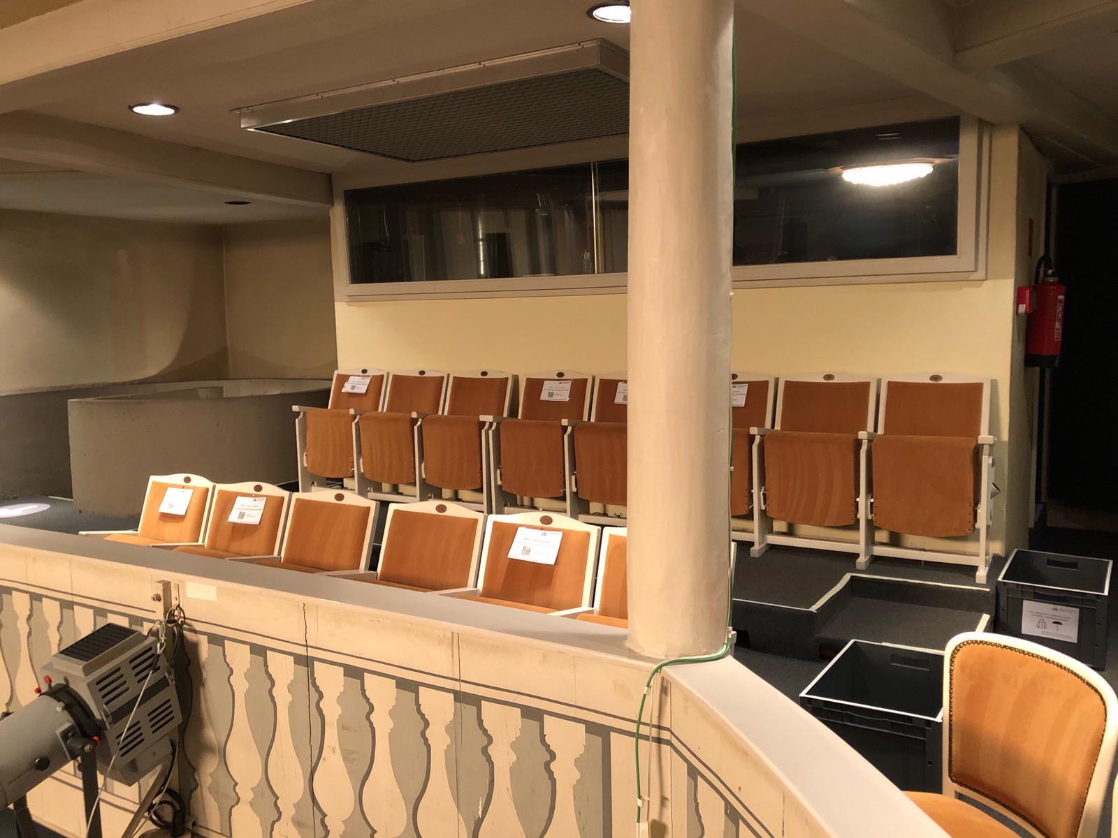 Corona-konformer Abstand zwischen den Sitzreihen im Rang im Comoedienhaus Wilhelmsbad