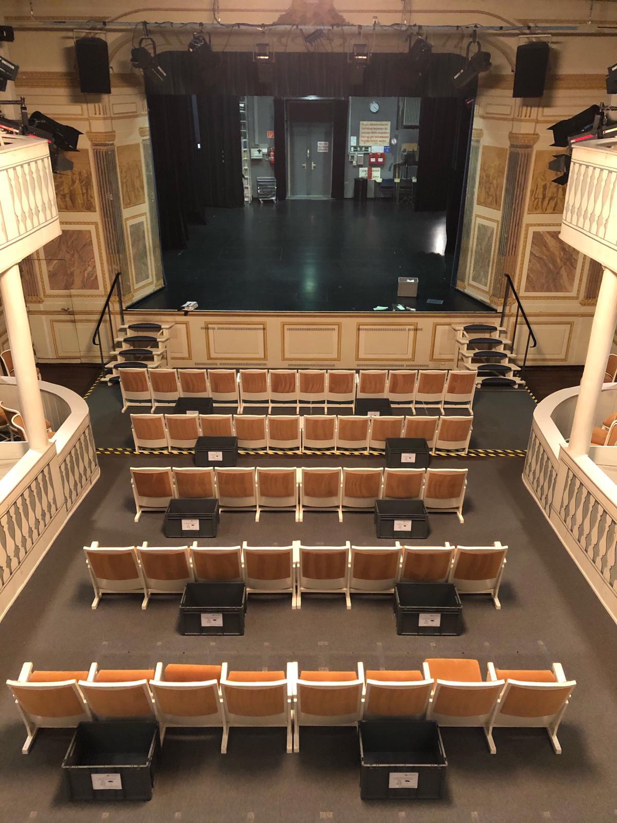 Sitzreihen im Comoedienhaus mit Corona-konformen Abständen