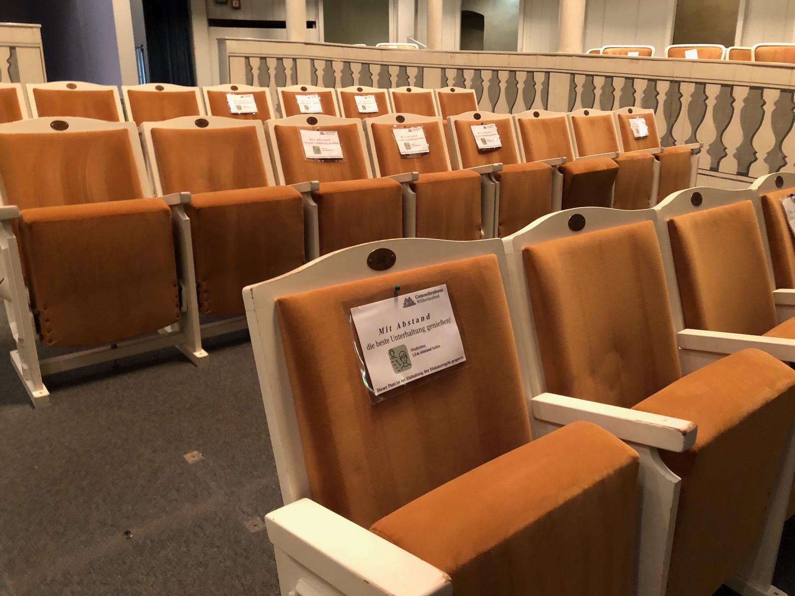 Abstandshalter innerhalb der Sitzreihe